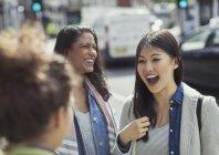 Amis femmes riant rue urbain — Photo de stock