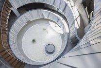Vue d'en haut rond, cour de bureau moderne atrium — Photo de stock