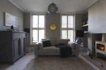 Home Vetrina in salone con stufa a legna di lusso — Foto stock