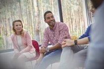Улыбающийся мужчина слушает на групповой терапии — стоковое фото