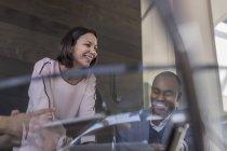 Lächelnd, Geschäftsmann und geschäftsfrau in Sitzung sprechen — Stockfoto