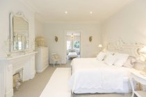 Weiße, Luxus home Schaufenster innen Schlafzimmer — Stockfoto