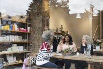 Жінки друзі пити чай в кафе магазину — стокове фото