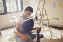 Liebevolle junge Paar Malerei Wohnzimmer — Stockfoto