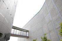 Architektonisches, modernes Gebäude mit erhöhtem Gehweg — Stockfoto