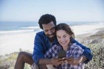 Lächelnd multiethnischen paar Sommerstrand Selfie mit Handy übernehmen — Stockfoto