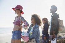 Famiglia multietnica in piedi sulla soleggiata spiaggia estiva — Foto stock