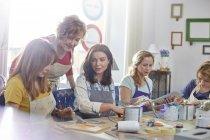 Женщин-художников живописи в художественной мастерской класса — стоковое фото