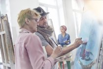 Artistes peinture en atelier de classe d'art — Photo de stock