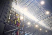 Kaukasische Stahlarbeiter auf Plattform im Stahlwerk — Stockfoto