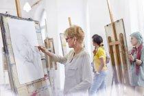 Жінок-художників замальовок у мистецтві клас студії — стокове фото