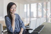 Mulher de negócios confiante retrato na sala de conferência — Fotografia de Stock