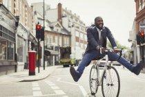 Homme d'affaires jeune ludique navettage, vélo urbain rue — Photo de stock