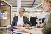 Бізнес-леді прослуховування в конференц-залі на сучасні офісні — стокове фото
