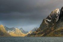 Темные тучи над Скалистых гор, Рен, Лофотенских островах, Норвегия — стоковое фото