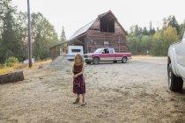 Chica del retrato en vestido en finca rural - foto de stock