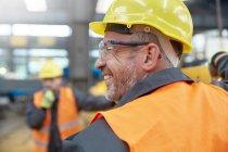 Профіль усміхнений чоловік працівник в заводу — стокове фото