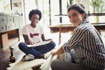 Portrait souriant, femmes convaincus avec instructions de montage de meubles — Photo de stock