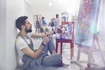 Männliche Maler Malerei, Malerei im Atelier Klasse Prüfung — Stockfoto