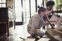 Mulheres com instruções de montagem de móveis — Fotografia de Stock