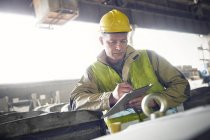 Steelworker дати з буфера обміну в стали млин — стокове фото
