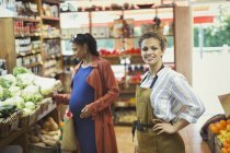 Portrait confident female worker in grocery store produce — Stock Photo