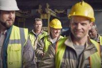 Сталевары, ходящие на сталелитейном заводе — стоковое фото