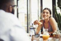 Lächelndes Paar beim Frühstück — Stockfoto