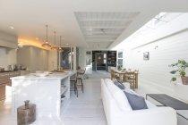 Luxe maison vitrine cuisine et salon — Photo de stock