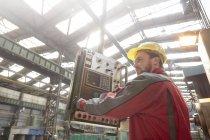 Operaio maschio macchinari al pannello di controllo in fabbrica — Foto stock
