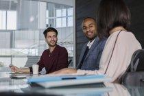 Lächelnde Geschäftsleute im Gespräch, Planung im Konferenzraum — Stockfoto
