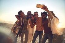 Junge Freunde mit Fotohandy machen Selfie am sonnigen Sommerstrand — Stockfoto