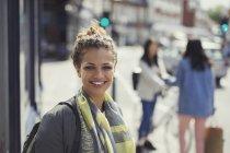 Портрет усміхнений молоду жінку на Сонячний міських вулиць — стокове фото