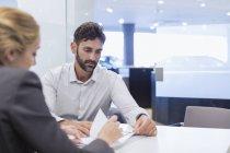 Auto-Verkäuferin Finanzvertrag Papierkram, männlicher Kunde im Auto Autohaus Büro zu erklären — Stockfoto
