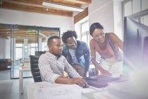 Графічні дизайнери, які працюють на комп'ютері з графічний планшет в офісі — стокове фото