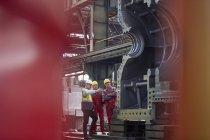 Чоловічий Форман та працівників вивчення великої сталь техніки заводі — стокове фото