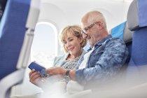 Coppie mature leggere Guida su aereo — Foto stock