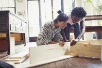 Junge Frauen, die Montage von Möbeln — Stockfoto