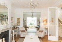 Luxus-Haus Vitrine Interieur Wohnzimmer mit Kronleuchter — Stockfoto