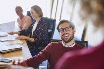 Hommes d'affaires parler en réunion au bureau moderne — Photo de stock