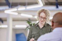 Бізнес-леді дивлячись у зустрічі в сучасному офісі — стокове фото