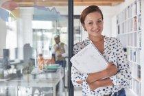 Donna di affari sicura ritratto con il notebook in ufficio — Foto stock