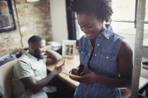 Женщина смс со смартфона — стоковое фото