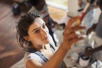 Giovane donna pittura a casa — Foto stock