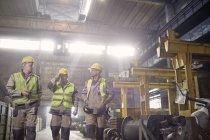 Metalmeccanici a camminare e parlare in acciaieria — Foto stock
