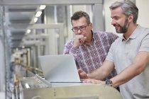 Мужчин руководителей с помощью ноутбука на фабрике — стоковое фото
