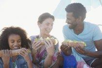 Багатоетнічного сім'я їсть багет бутерброди — стокове фото