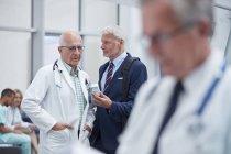 Pharmavertreter zeigt Arzt im Krankenhaus verschreibungspflichtige Medikamente — Stockfoto