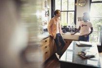 Coppia che parla in cucina — Foto stock