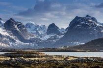 Neige ensoleillée, montagnes escarpées, Ramberg, Lofoten, Norvège — Photo de stock
